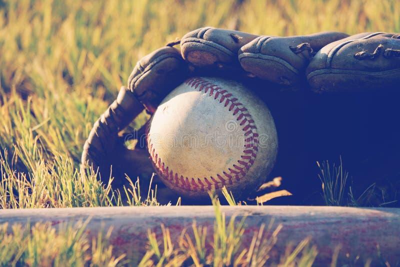 Béisbol en cierre del guante para arriba foto de archivo