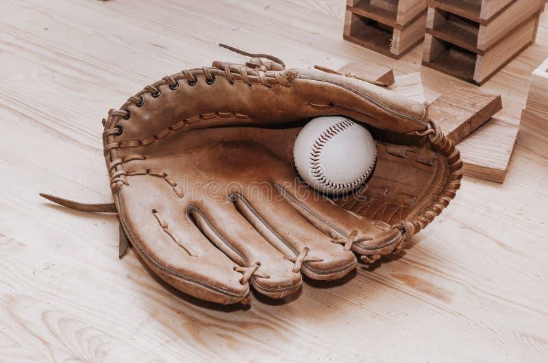 Béisbol en el guante para jugar en fondo de madera Hecho a mano, SP fotos de archivo