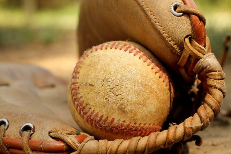 Béisbol en guante imagen de archivo