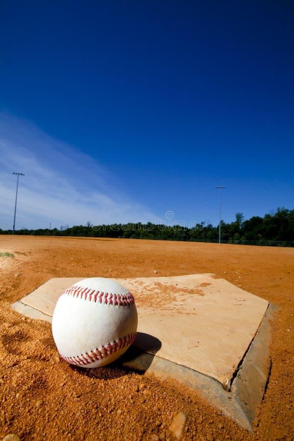 Béisbol en la placa casera imagenes de archivo
