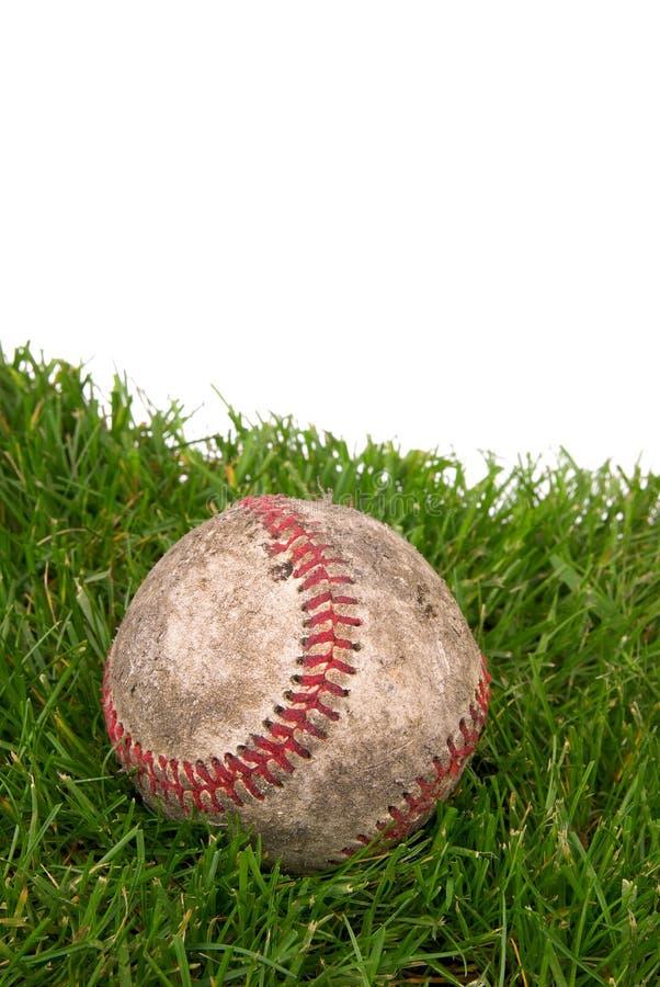 Béisbol sucio en hierba imagen de archivo