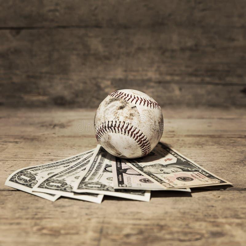 Béisbol y dólares, apuesta del deporte del concepto imagenes de archivo