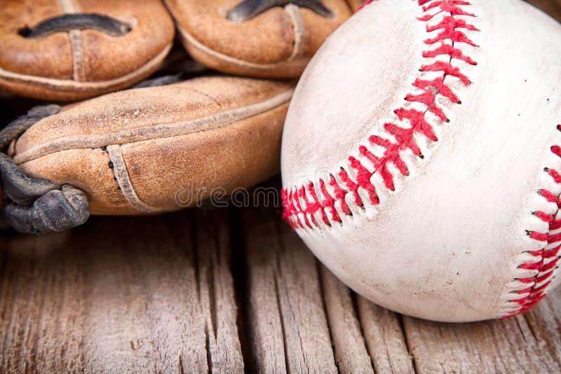 Béisbol y mitón en fondo de madera imagenes de archivo
