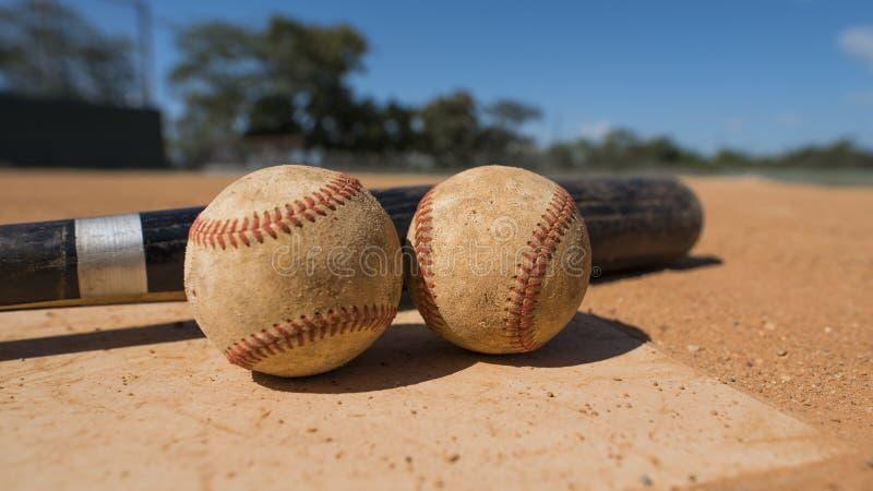 Béisbol y palo en la placa casera fotografía de archivo libre de regalías