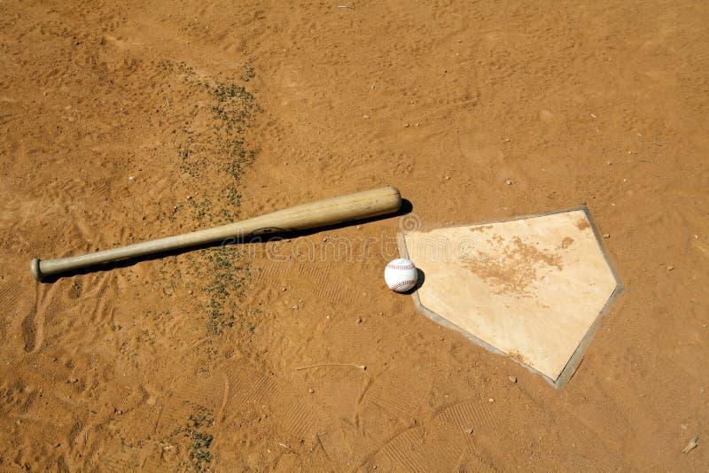 Béisbol y palo en la placa casera imagenes de archivo