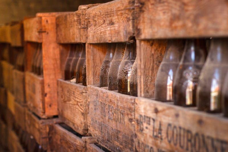 BÉLGICA, NEERIJSE - 5 DE SETEMBRO DE 2014: Garrafas de cerveja velhas foto de stock royalty free