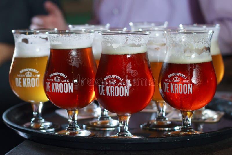 BÉLGICA, NEERIJSE - 5 DE SETEMBRO DE 2014: Provando cervejas diferentes imagens de stock