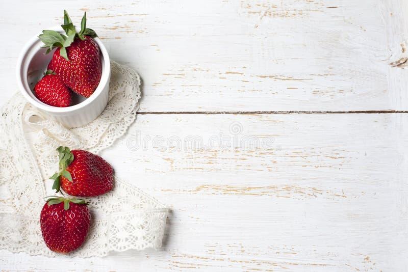 Bélgica recientemente cocida se enrolla con la salsa de chocolate y el strawberr imagenes de archivo