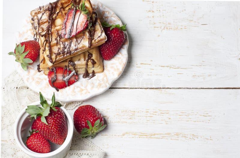 Bélgica recientemente cocida se enrolla con la salsa de chocolate y el strawberr imagen de archivo libre de regalías