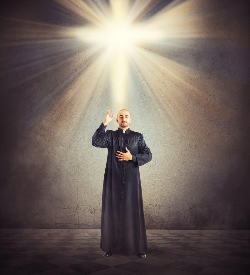 Bénédiction du prêtre image stock