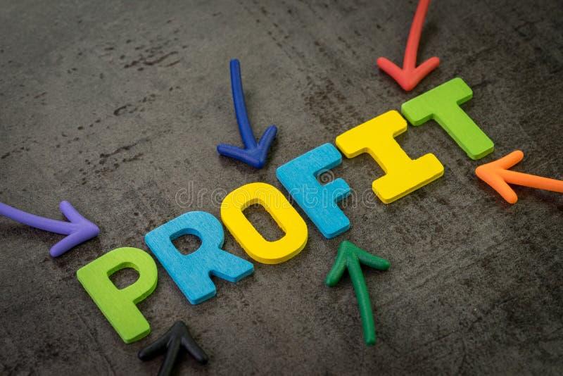 Bénéfice, succès dans l'investissement ou revenu de société davantage que le concept de dépenses, flèches multi de couleur indiqu photos libres de droits