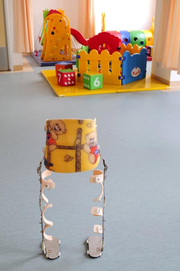 Béquilles d'enfant à la cour de jeu d'intérieur images libres de droits