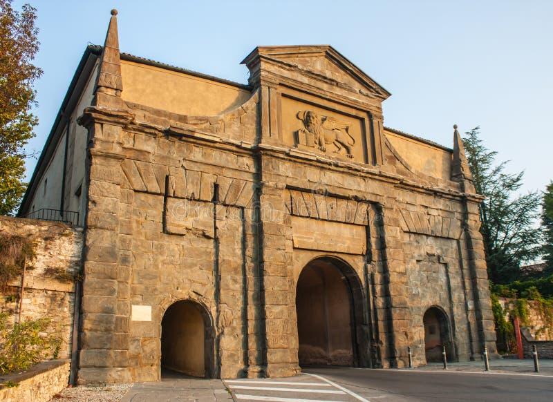 Bérgamo - ciudad vieja Uno de la ciudad hermosa en Italia Lombardia Ajardine en la vieja puerta nombrada Porta Sant Agustín fotografía de archivo