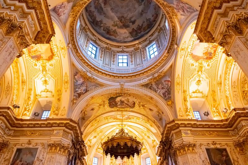 Bérgamo, Italia - 25 de enero de 2019 - dentro del interior de la catedral en Citta Alta, di Bérgamo, una catedral de Cattedrale  fotos de archivo