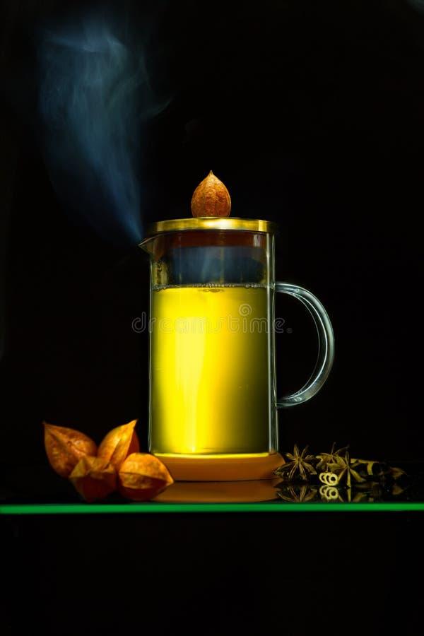 Bétail de thé vert avec la vapeur sur le fond noir photos libres de droits