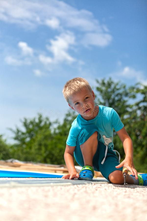 Béton coloré autour de piscine photos libres de droits