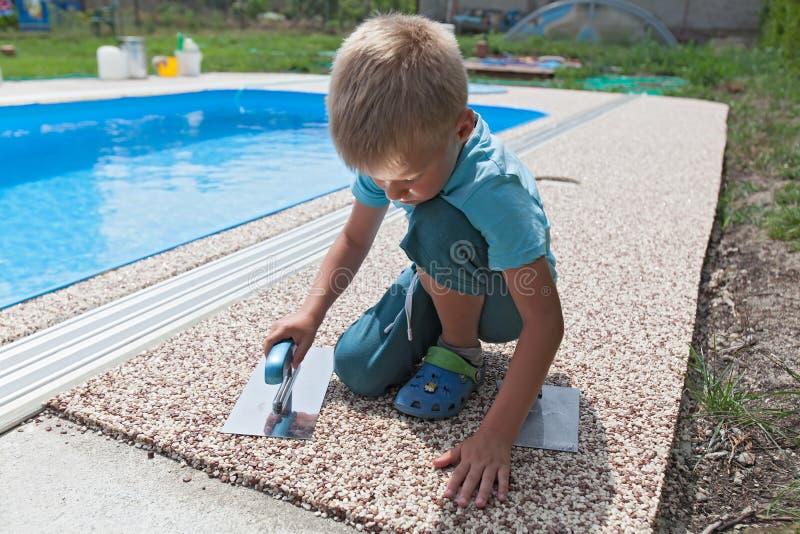 Béton coloré autour de piscine photographie stock libre de droits