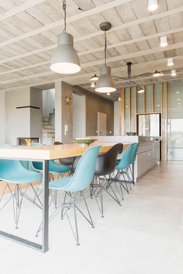 Béton, métal et verre utilisés en décor d'un intérieur moderne image libre de droits