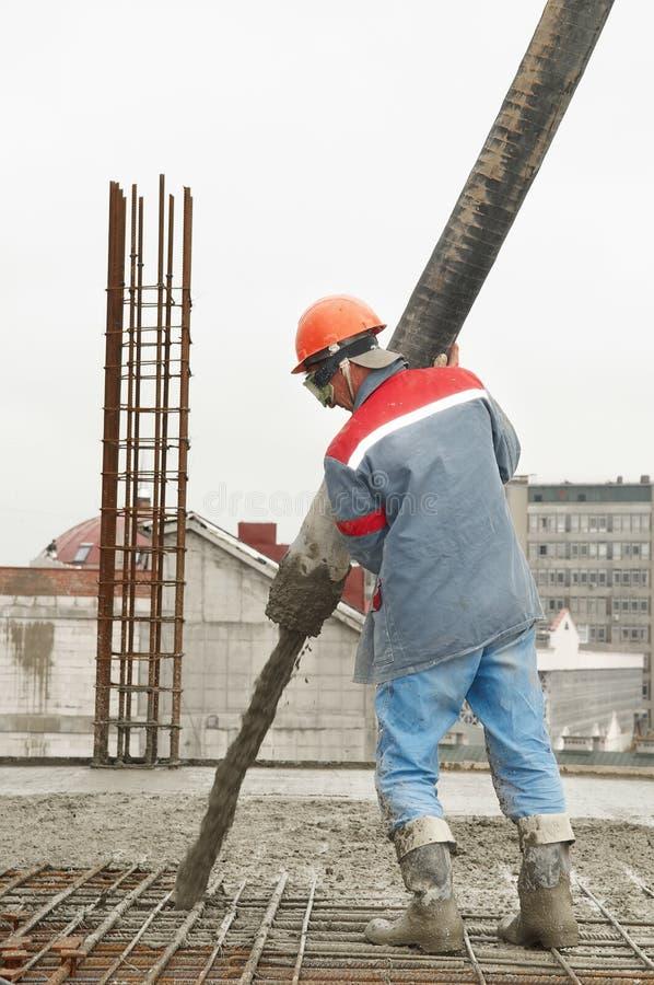 Béton se renversant d'ouvrier de constructeur photographie stock