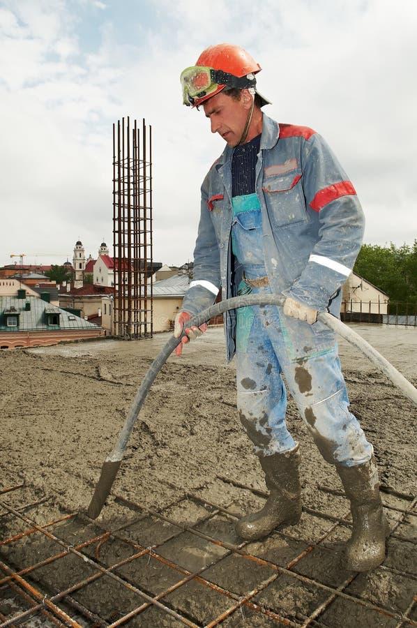 Béton se renversant d'ouvrier de constructeur photos stock