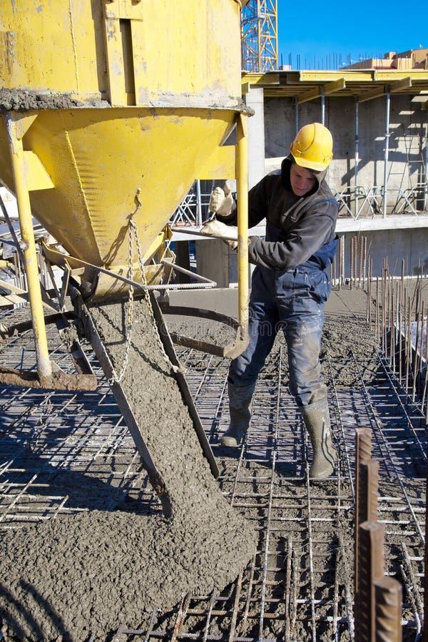 Béton se renversant de travailleur de la construction image libre de droits