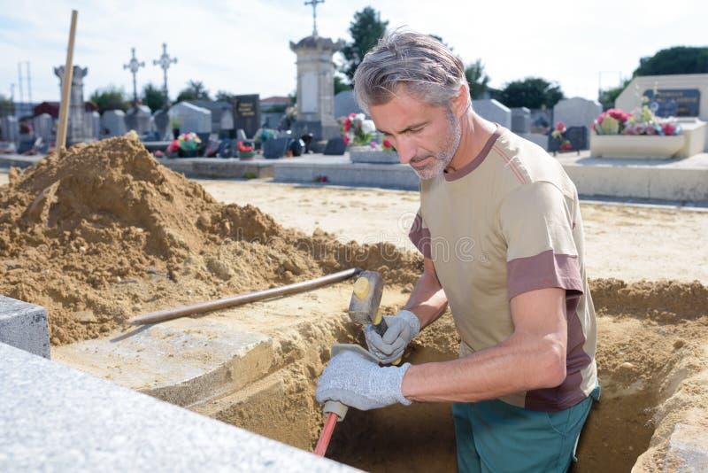 Bêcheur de cimetière au travail photographie stock
