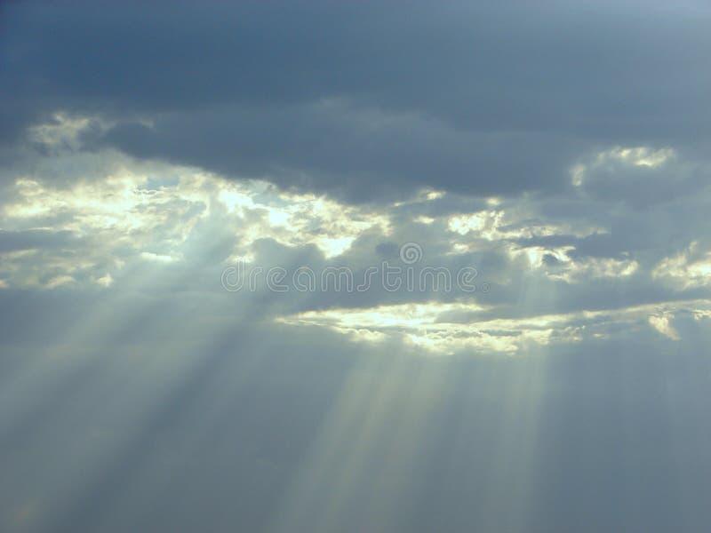Bênçãos divinas do céu - raios de Sun através das nuvens imagem de stock royalty free