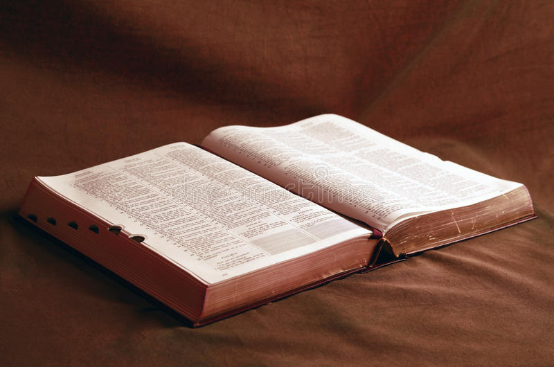 A Bíblia aberta na tabela foto de stock