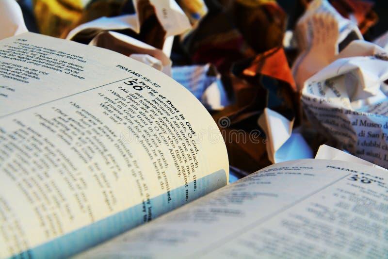 A Bíblia aberta no lixo, religião fotos de stock