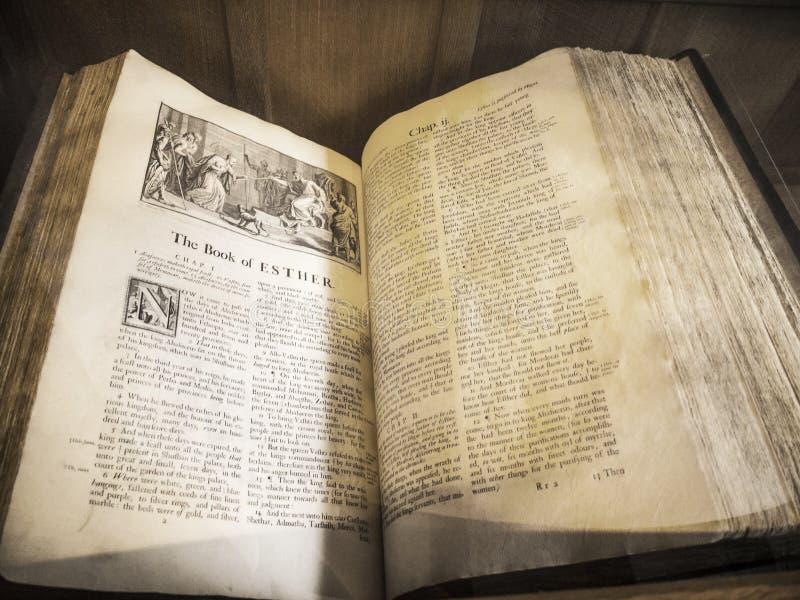 A Bíblia antiga na igreja paroquial do St Mary's em Alderley inferior Cheshire foto de stock
