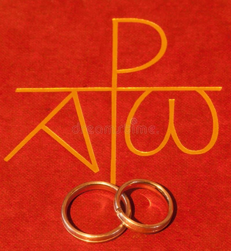 A Bíblia com anéis de casamento fotografia de stock royalty free