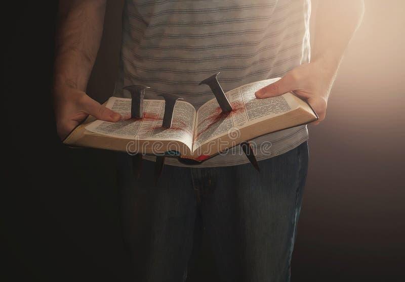 A Bíblia com pregos imagens de stock royalty free