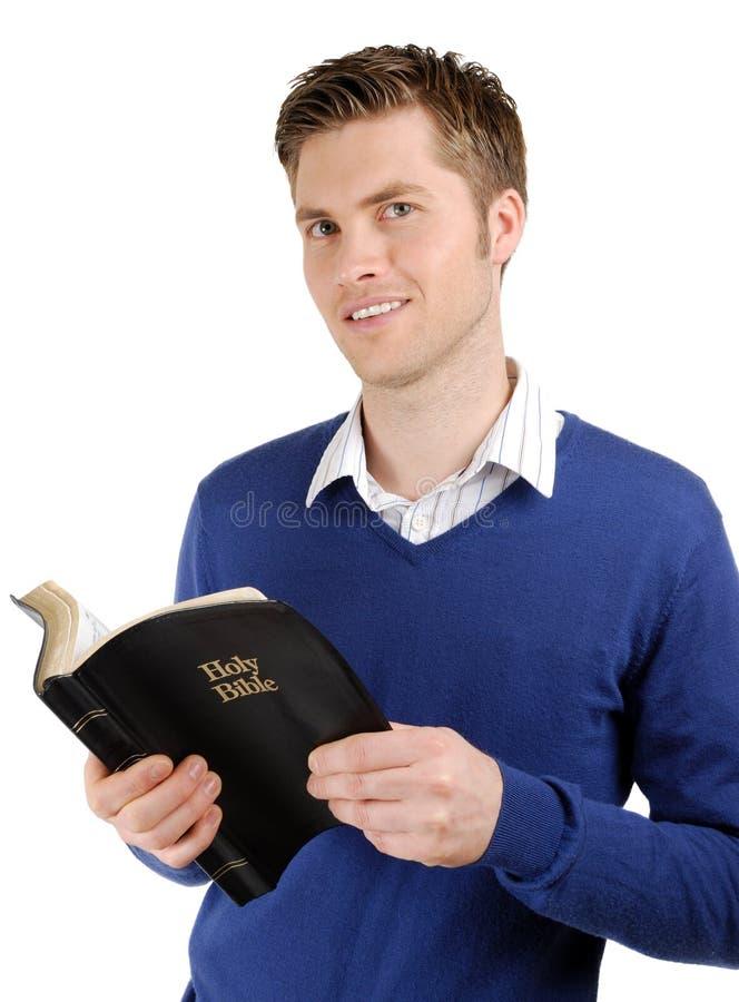 A Bíblia cristã comprometida da leitura foto de stock royalty free
