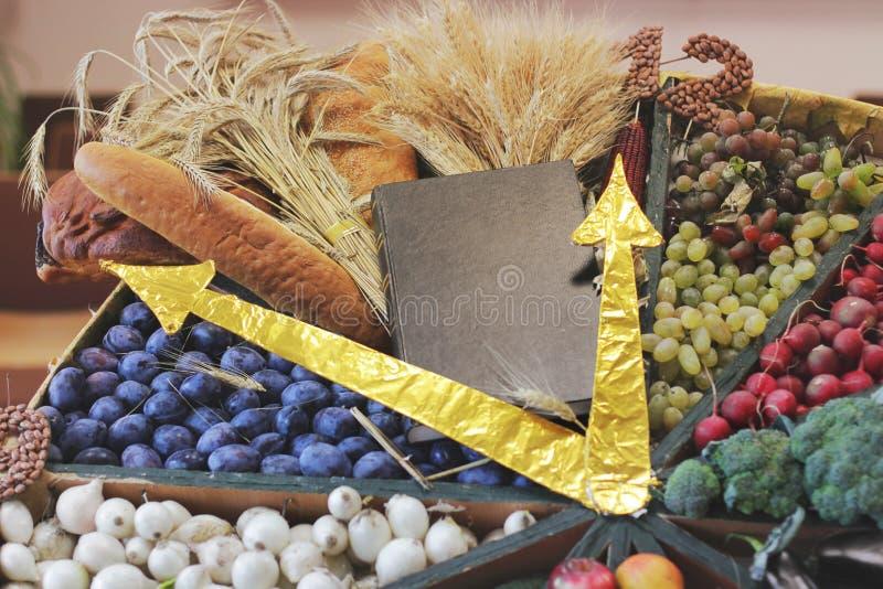 A Bíblia da colheita, pão, ameixas, rabanetes imagem de stock royalty free