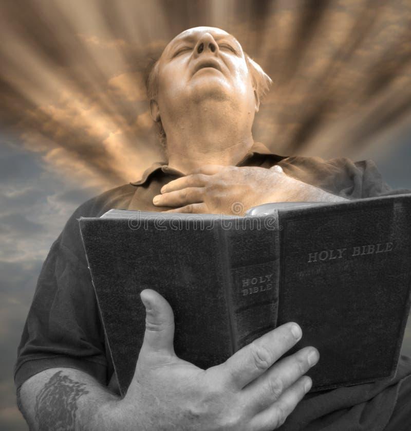 A Bíblia da leitura do homem. imagens de stock royalty free