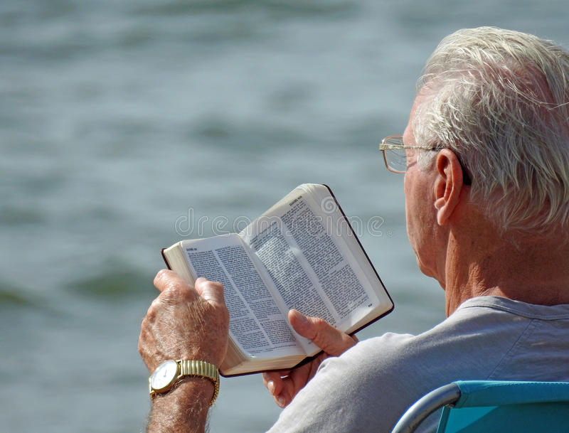 A Bíblia da leitura do homem fotografia de stock