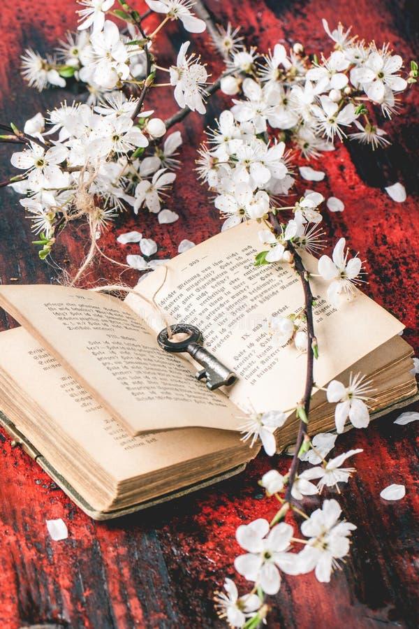 A Bíblia do vintage com ramo da flor imagens de stock
