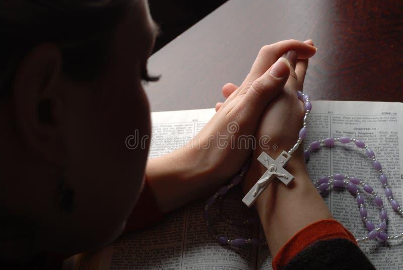 A Bíblia e cruz imagens de stock royalty free