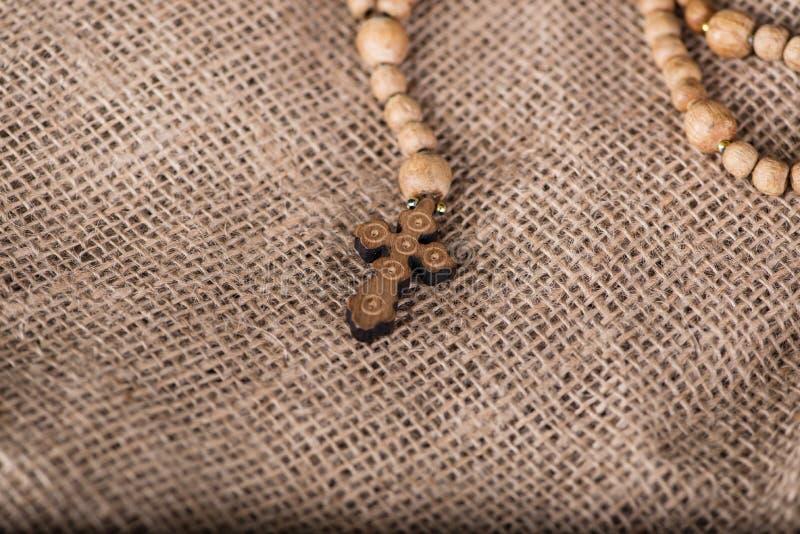 A Bíblia e a cruz no conceito religioso fotos de stock