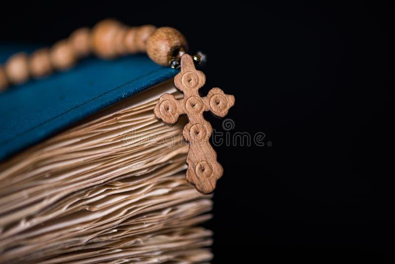 A Bíblia e a cruz no conceito religioso imagens de stock royalty free
