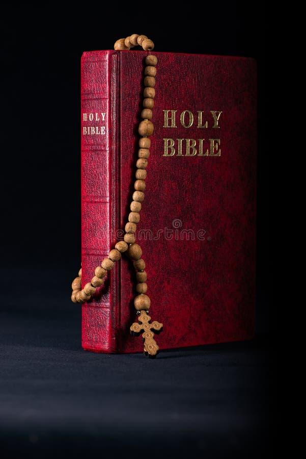 A Bíblia e a cruz no conceito religioso foto de stock royalty free