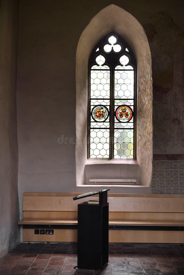 A Bíblia e janela imagens de stock