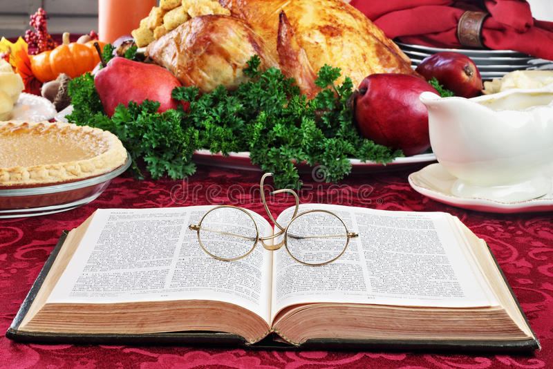 A Bíblia e jantar do feriado imagem de stock