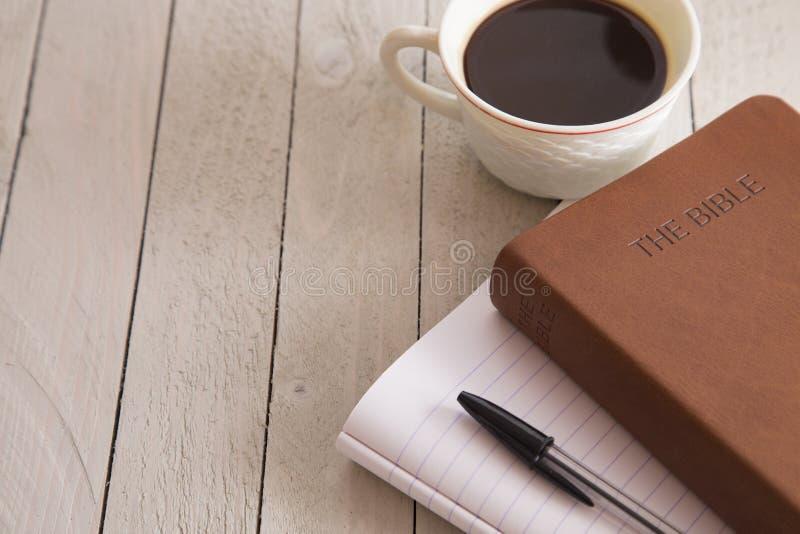 A Bíblia e uma xícara de café fotos de stock