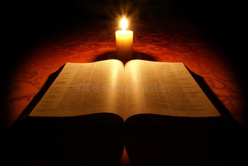 A Bíblia e vela fotografia de stock royalty free