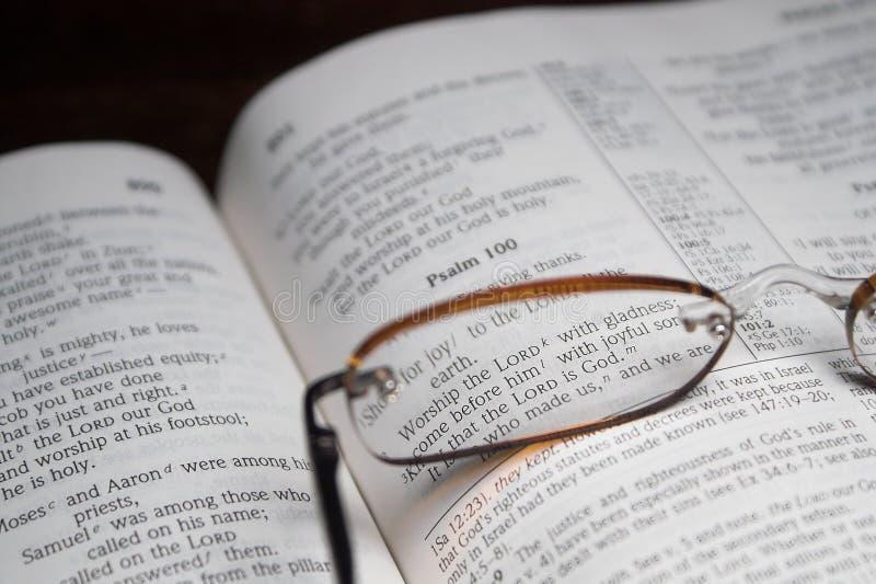 A Bíblia e vidros de leitura imagem de stock royalty free