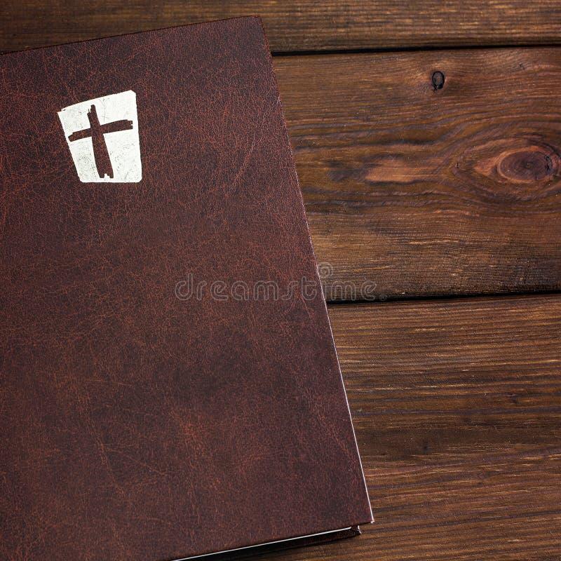 A Bíblia em um fundo de madeira imagens de stock royalty free
