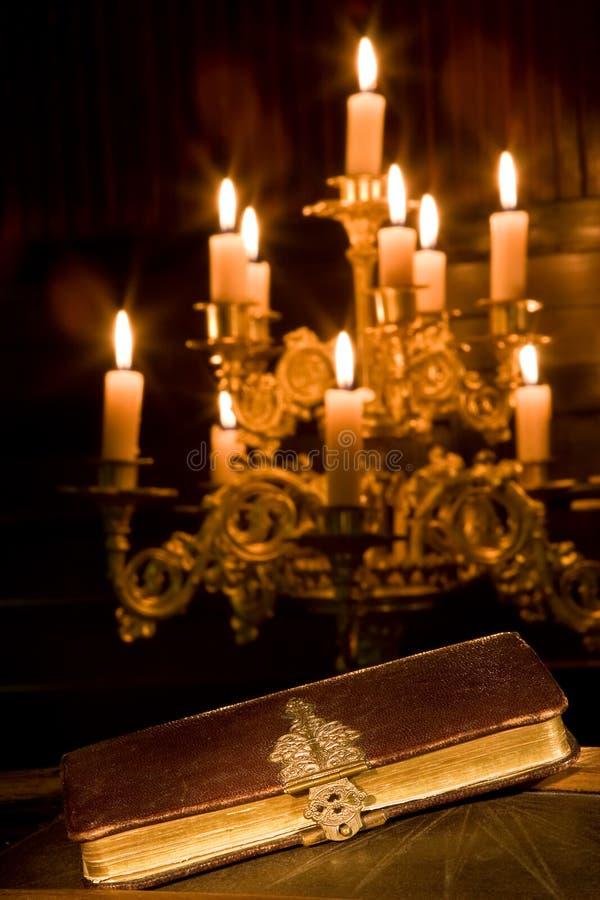 A Bíblia em uma capela fotografia de stock royalty free