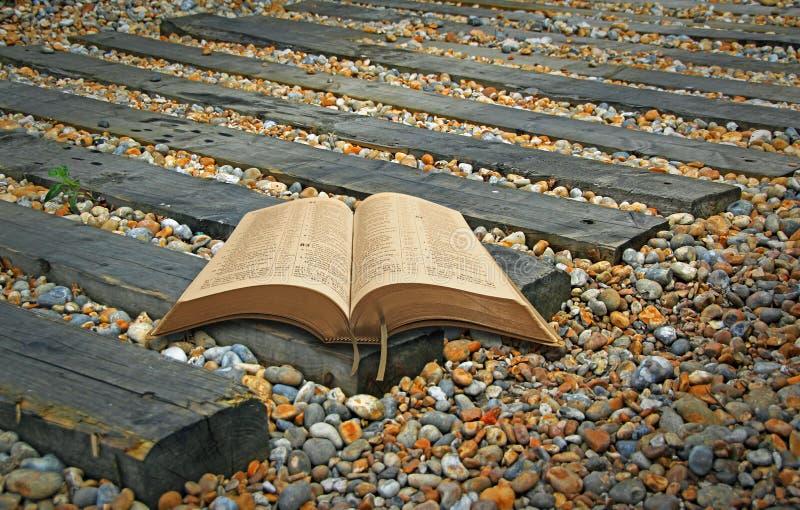 A Bíblia espiritual segue o livro sagrado aberto da fé divina do trajeto fotografia de stock