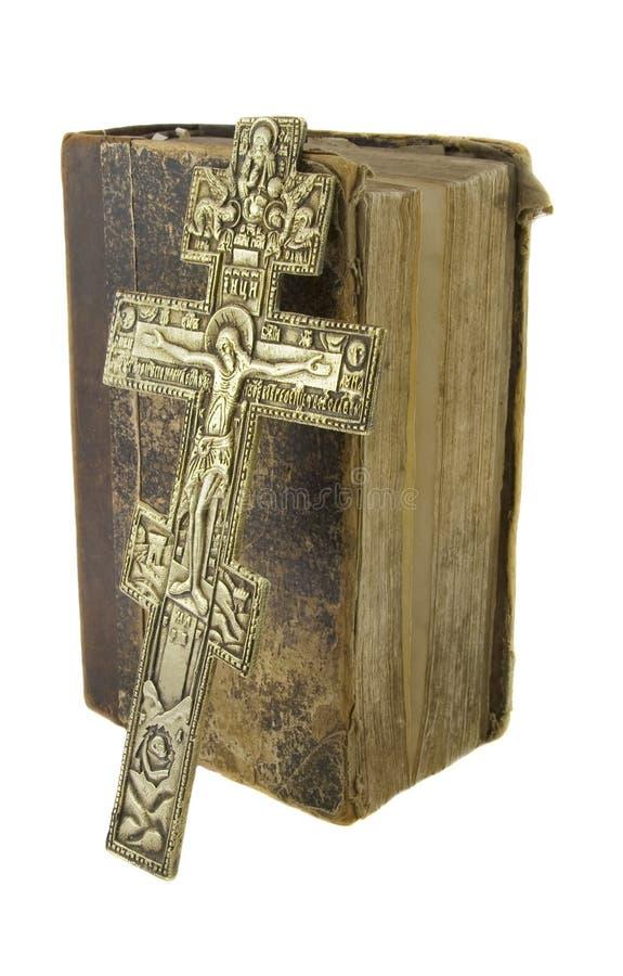 A Bíblia muito velha do vintage e a igreja grande cruzam-se fotos de stock royalty free